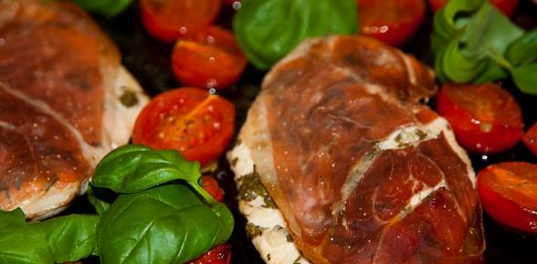 Piersi kurczaka zapiekane pod szynką z pomidorkami i bazylią