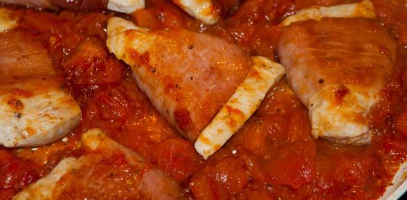 Piersi kurczaka w szynce parmeńskiej w sosie z pomidorów