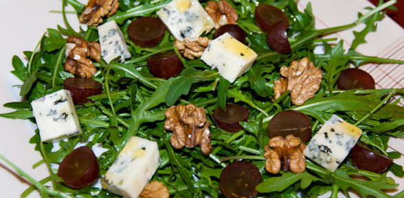 Rukola z lazurem, winogronami i orzechami włoskimi w sosie miodowym