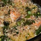 Makaron zapiekany z łososiem i szparagami