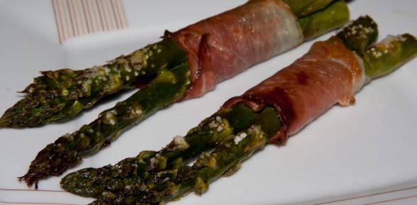 Szparagi zapiekane w szynce suszonej