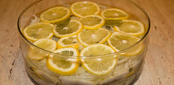 Śledzie z cytryną i cebulą