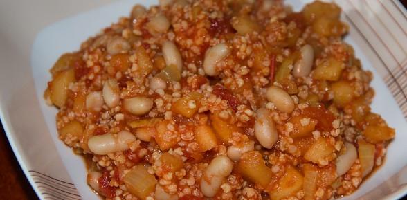 Kasza jaglana z jabłkami, pomidorami i fasolą