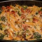 Makaron zapiekany z boczkiem, mozzarellą i warzywami
